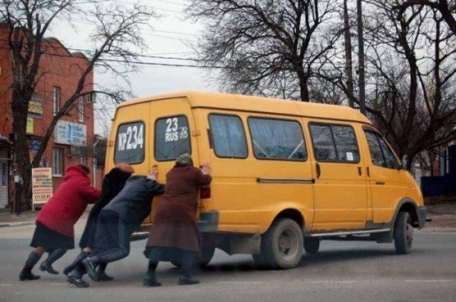 старушки толкают желтый фургон