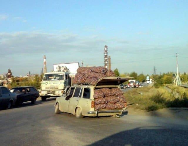 машина груженная мешками с картошкой