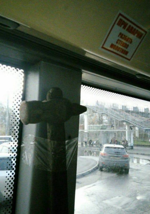 молоток приклеен скотчем к окну