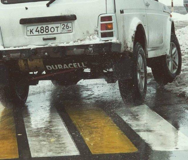 белое авто на пешеходном переходе