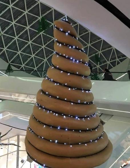 коричневая искусственная елка в торговом центре