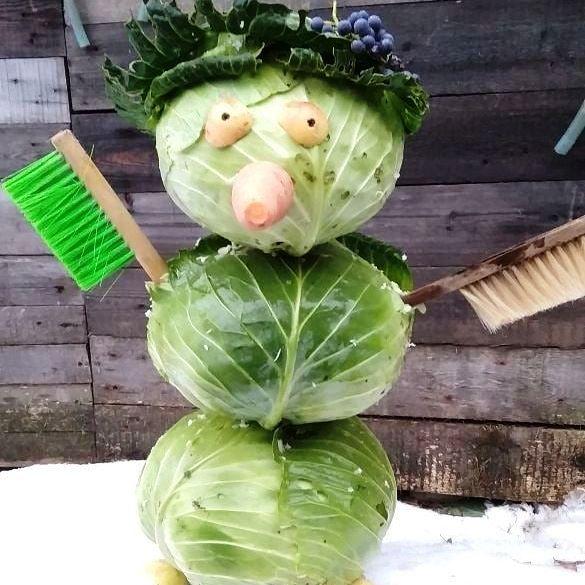 снеговик из капусты со щетками вместо рук