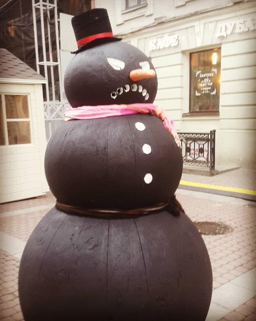 черный снеговик в цилиндре