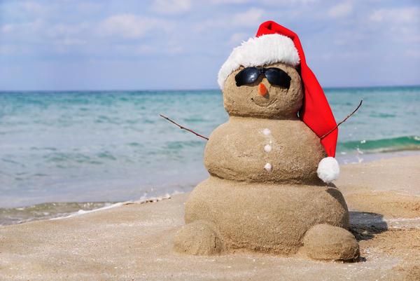 снеговик из песка на берегу моря