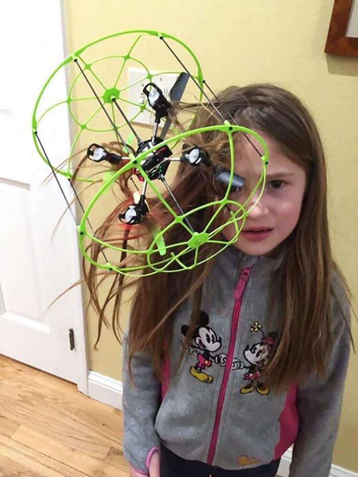 девочка с дроном в волосах