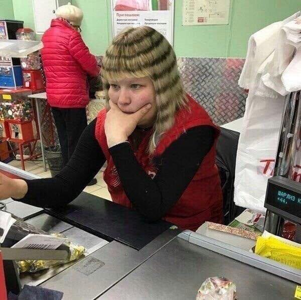 кассир на кассе в супермаркете