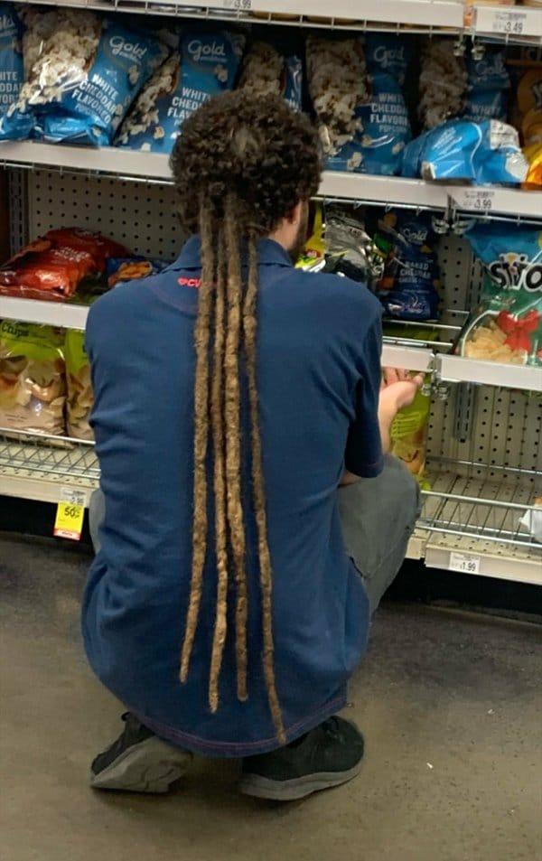 мужчина с дредами в супермаркете