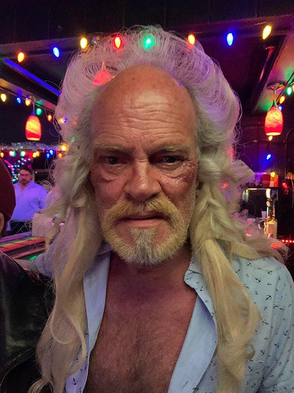 пожилой мужчина с пышными волосами