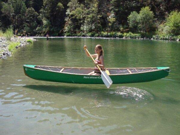 девушка в лодке на озере