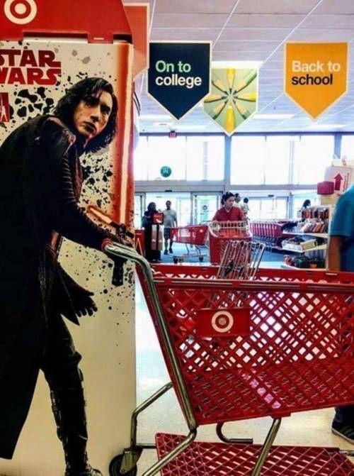 красная тележка в супермаркете