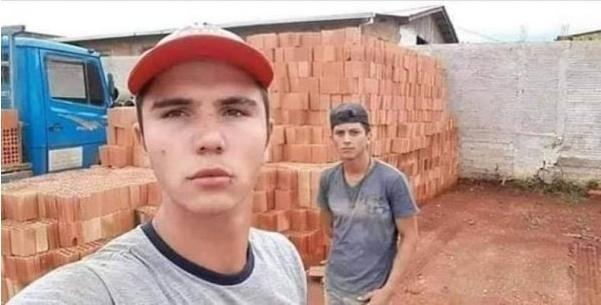 два парня на фоне кирпичей