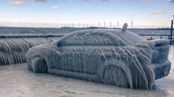 машина покрытая льдом