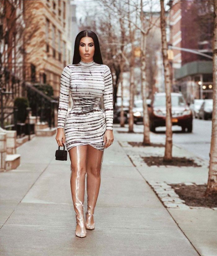 девушка идет по улице
