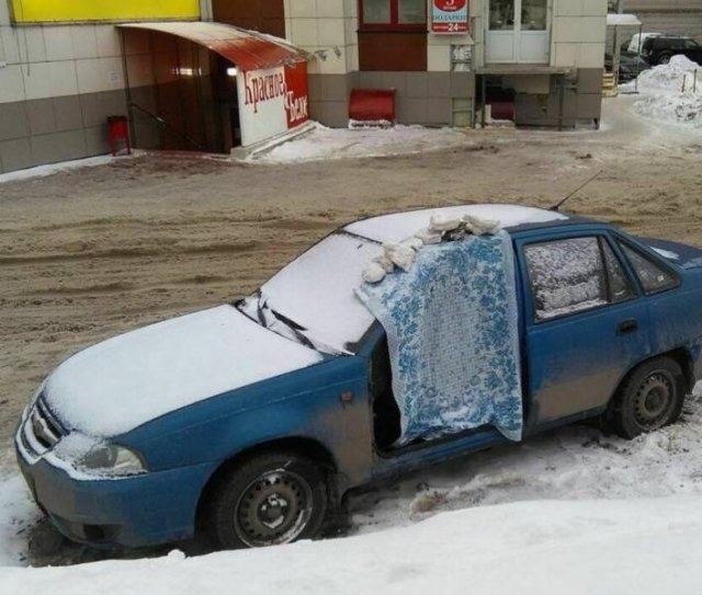 синяя машина во дворе