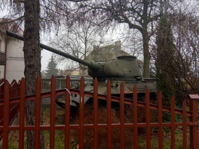 танк за забором