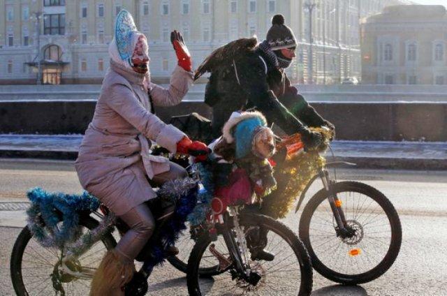 парень и девушка едут на велосипедах