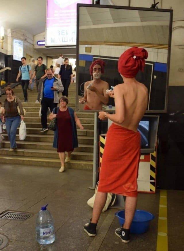 парень бреется в метро