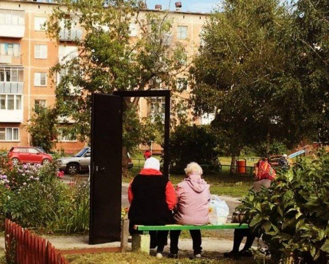 бабушки сидят на скамейке
