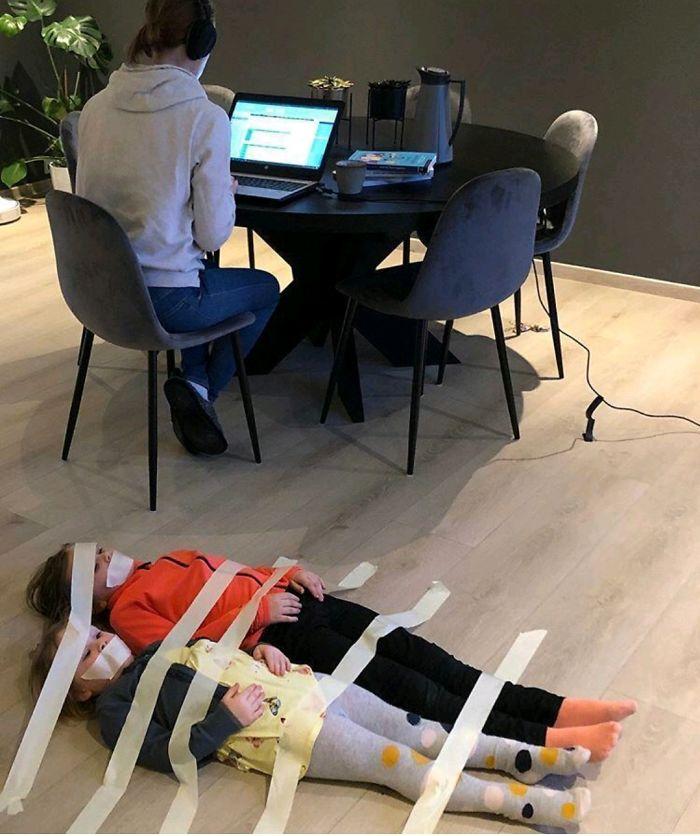 dzieci przyklejone do podłogi