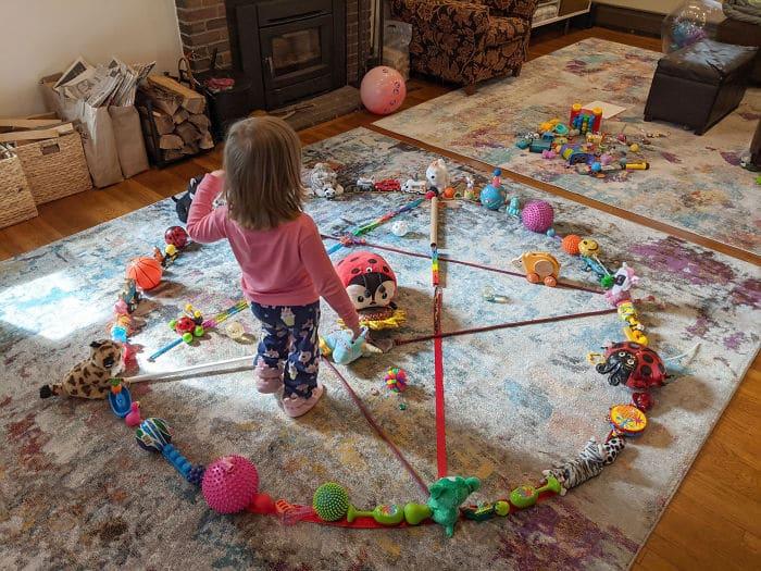 dziewczyna w kręgu zabawek