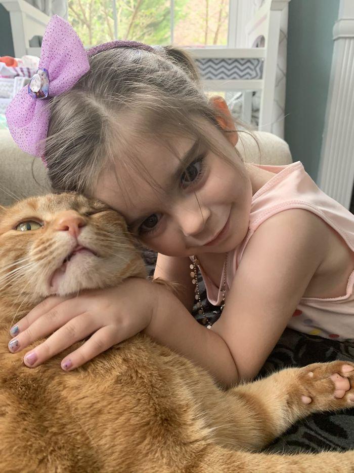 dziewczyna przytula rudego kota