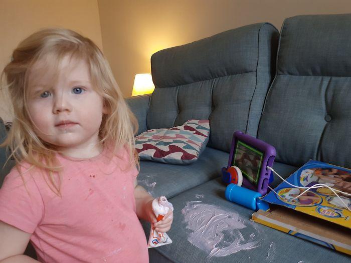 mała dziewczynka z pastą do zębów