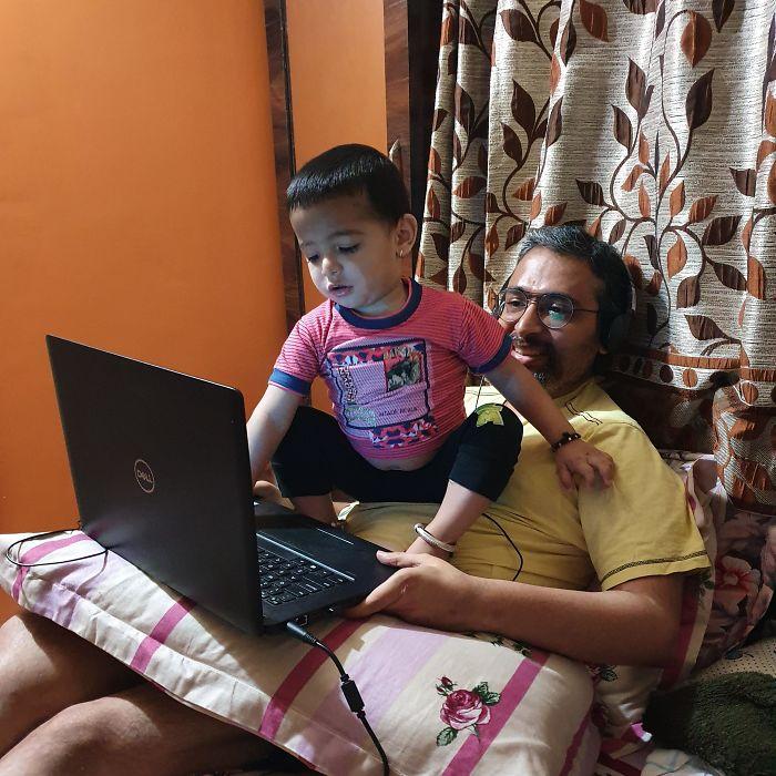 chłopiec siedzi na brzuchu taty