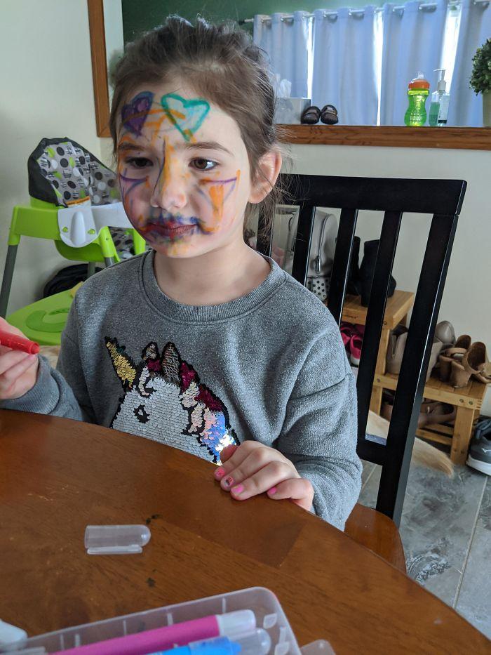 dziewczyna pomalowała twarz