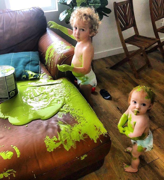 dziecięca sofa z zieloną farbą