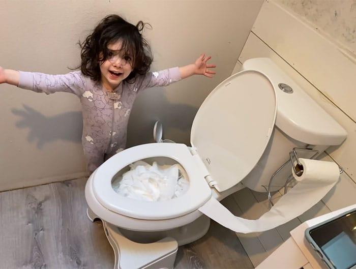 dziewczyna stoi obok toalety