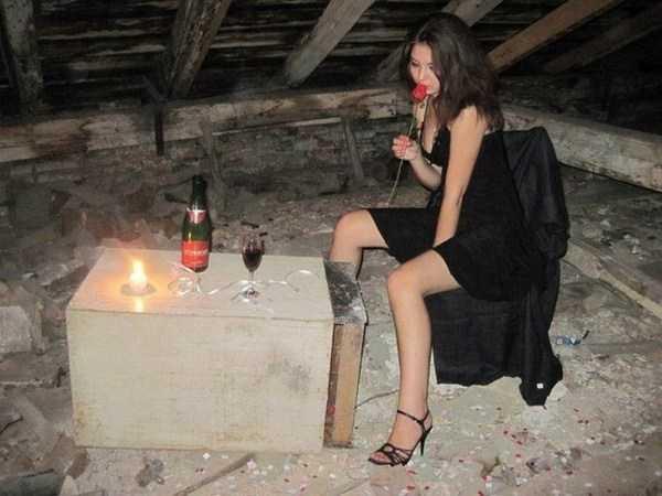 девушка с розой на чердаке
