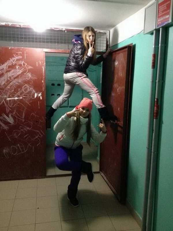 две девочки позируют в подъезде