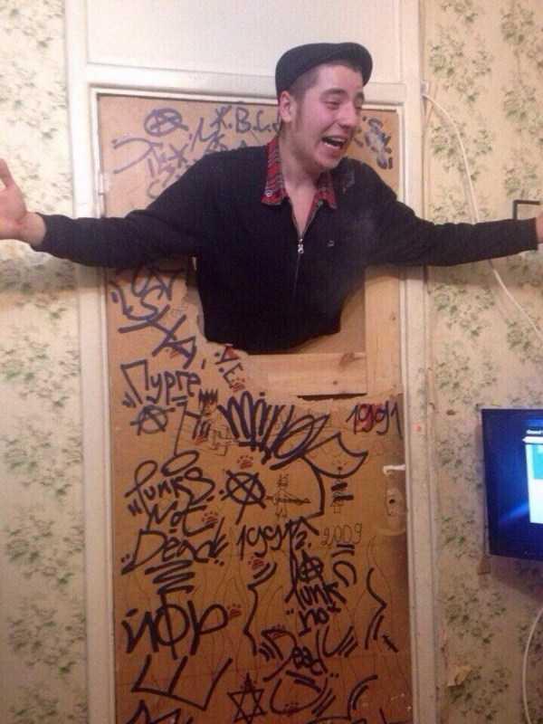 парень торчит из двери