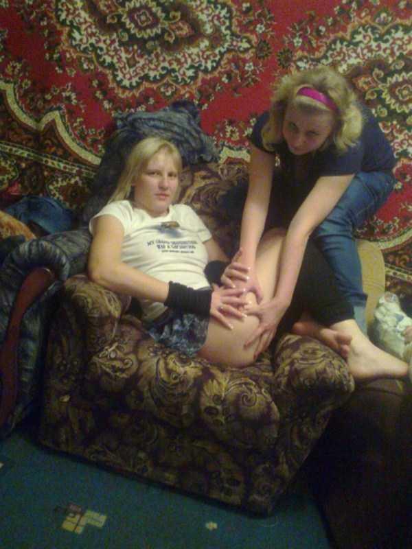 две блондинки на диване