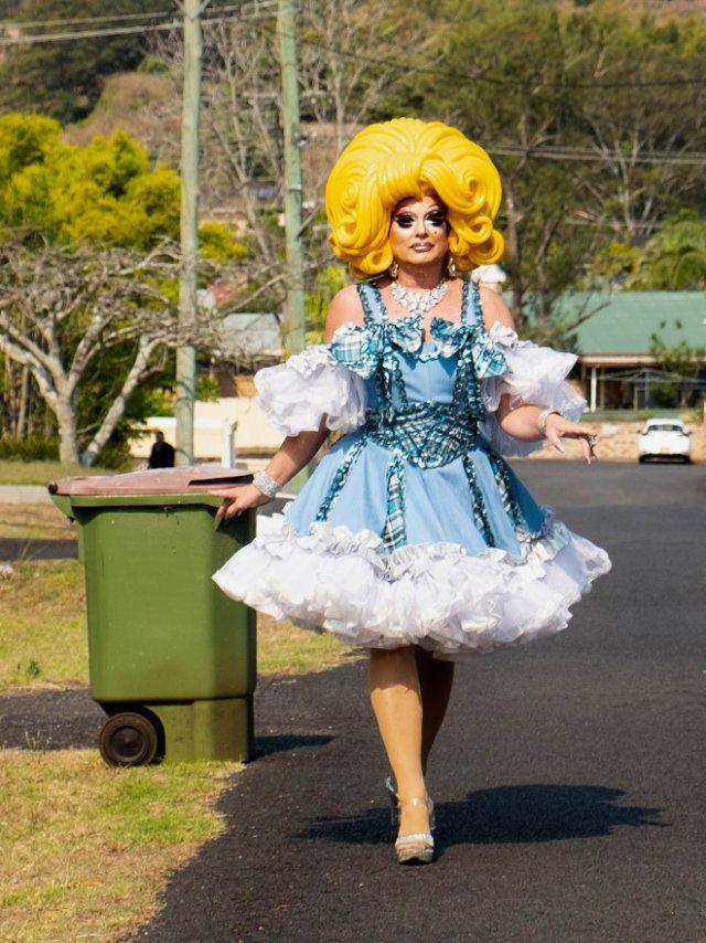 Как австралийцы, находящиеся на самоизоляции выносят мусор