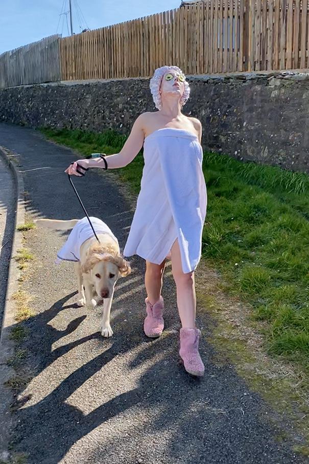 Забавные наряды, в которых народ выгуливает собак на карантине