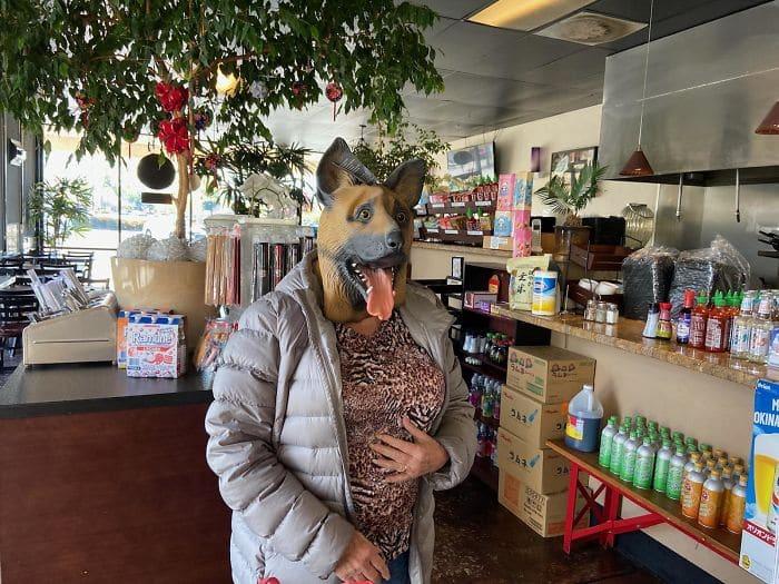 женщина в маске собаки