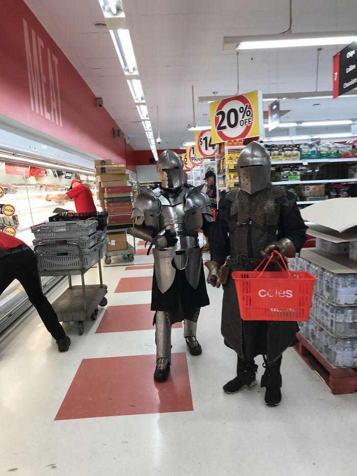 мужчины в доспехах рыцарей в супермаркете
