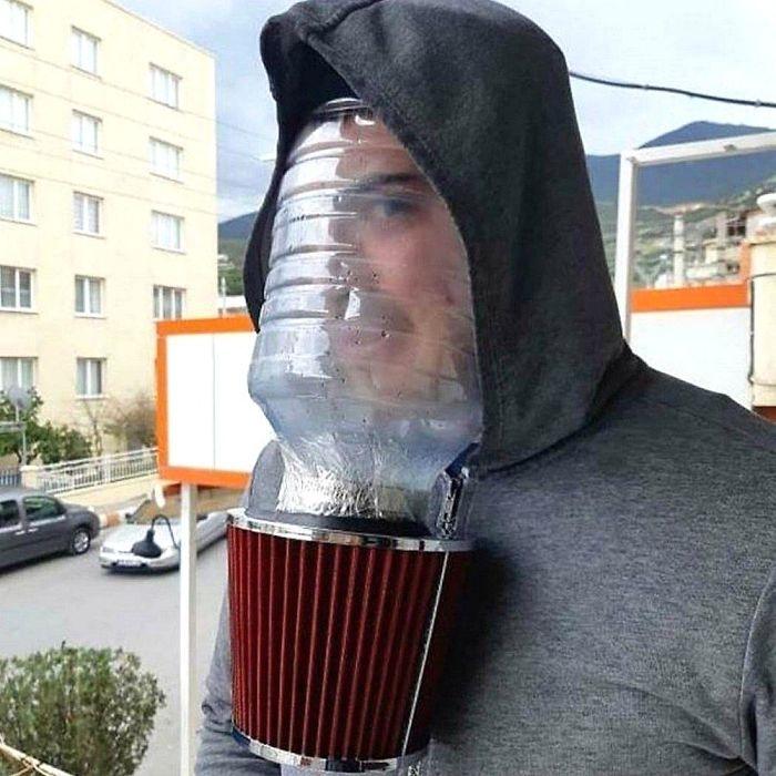 парень в капюшоне с бутылем на лице