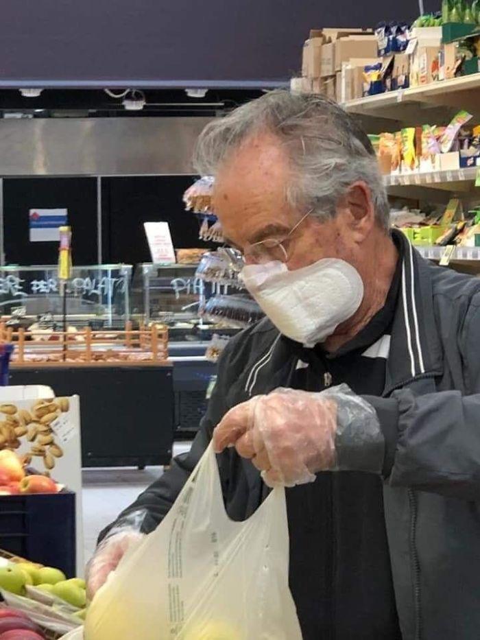 мужчина с прокладкой на лице в супермаркете
