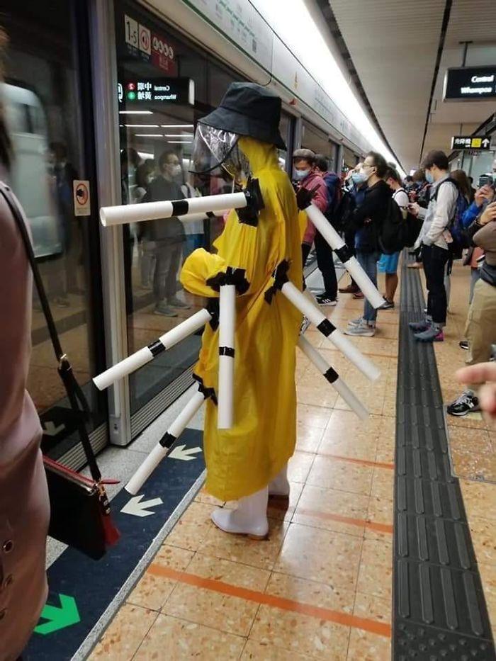 парень в метро в странном костюме