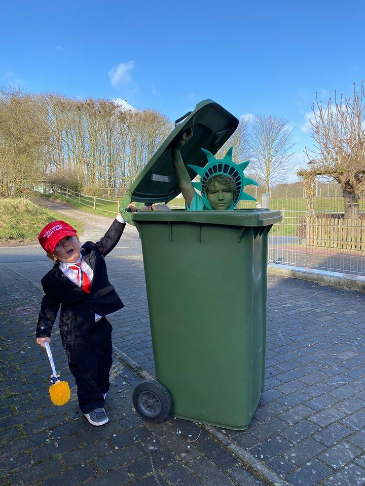 дети с мусорным баком