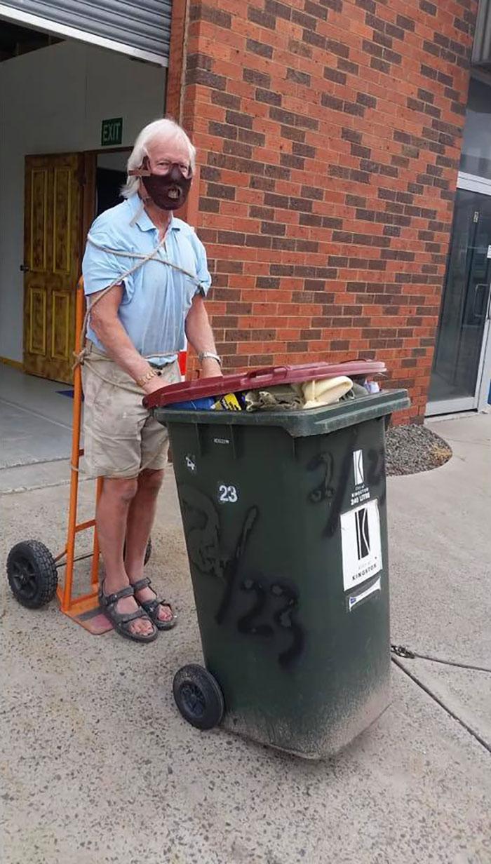 мужчина в образе ганнибала лектера выносит мусор