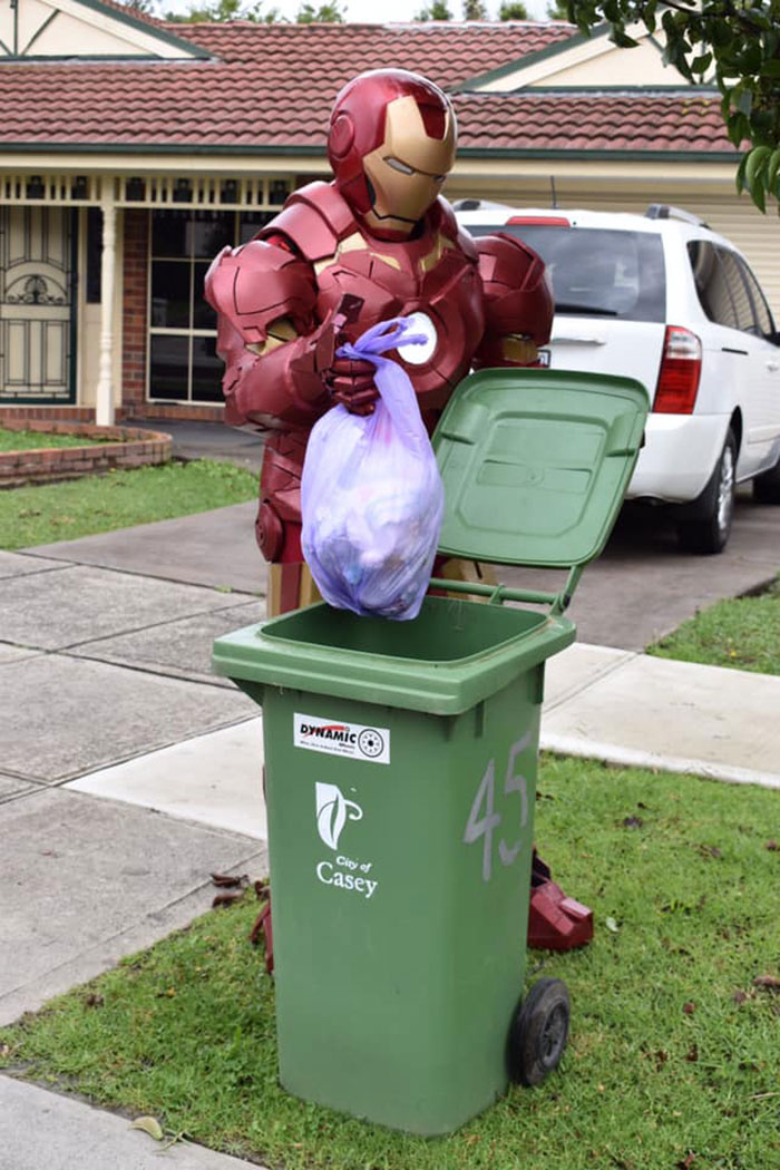 железный человек выбрасывает мусор