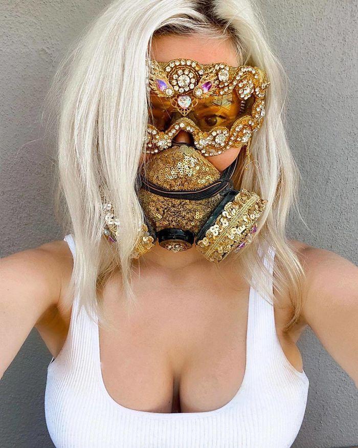 блондинка в респираторе