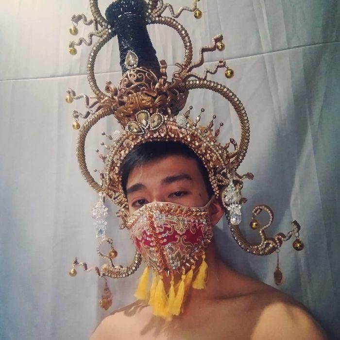 парень в индийском головном уборе с маской