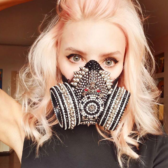 блондинка в маске со стразами и шипами