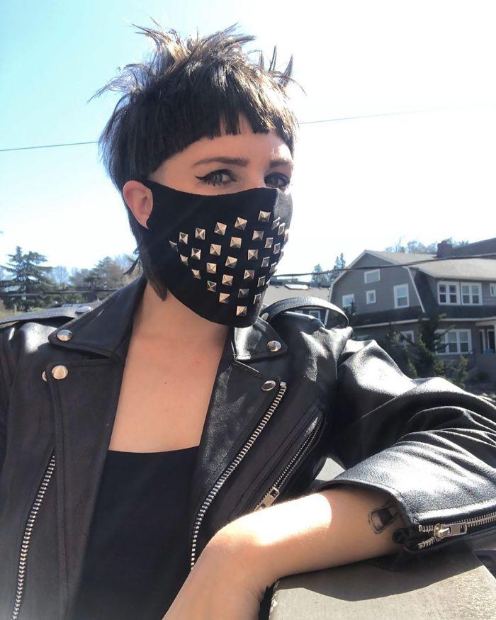 байкерша в черной маске с заклепками
