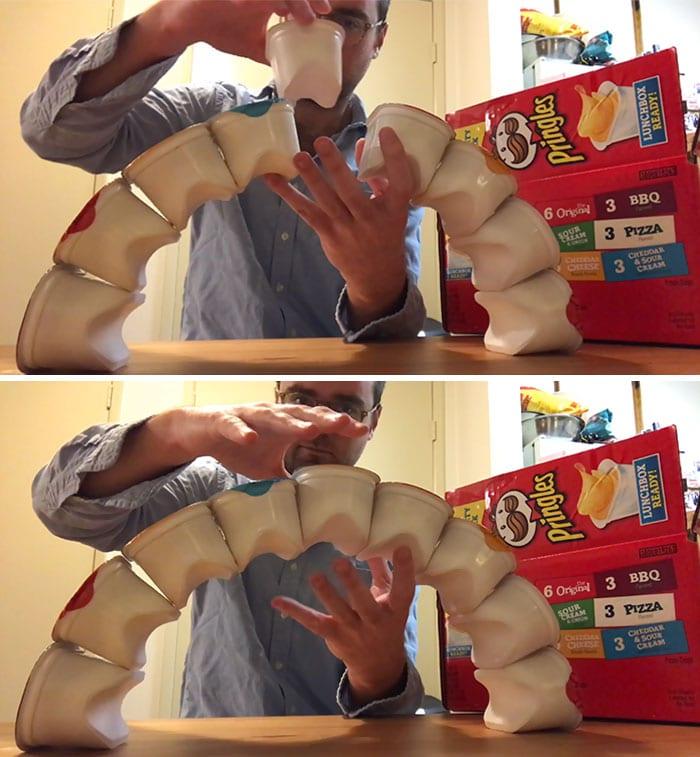 мужчина строит мост из йогуртов