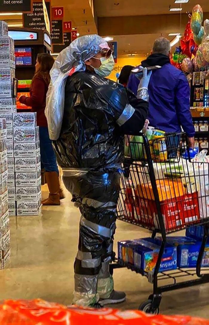 женщина с тележкой в супермаркете